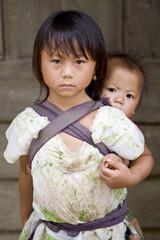 Hmong, Schwester mit Bruder in Laos