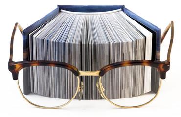 libro che legge con occhiali