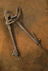 compas ancien fond cuir