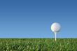 Golfball auf Tee - Hintergrund