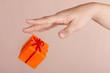 Geschenkpäkchen an der Hand