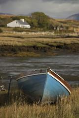 Barque et maison isolés en Irlande