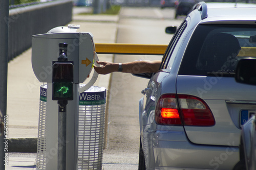 Leinwanddruck Bild Am Ticketautomaten