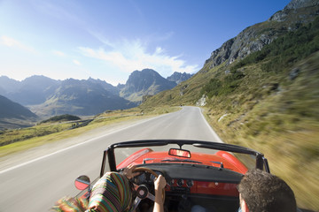Österreich, Alpen, Paar Fahren im Cabrio, Rückansicht