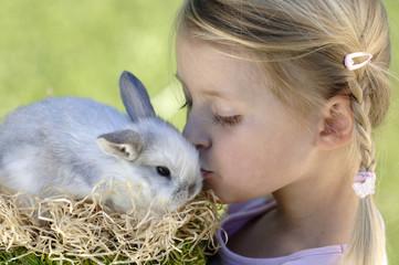 Mädchen küsst Osterhasen