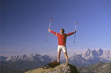 Österreich, Salzburger Land, Mann auf dem Gipfel