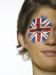 Frau mit Union Jack gemalt auf Gesicht, Porträt, Fußballfan