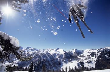 Skifahrer springt in der Luft, von unten