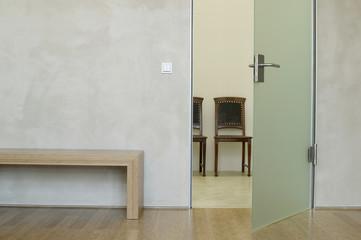 Stühle und Tisch in modernem Zimmer