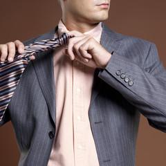 Geschäftsmann bindet sich die Krawatte