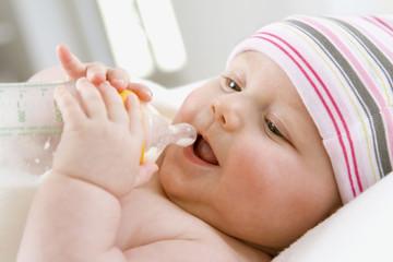 Baby trinken Milch aus der Flasche, Portrait