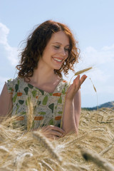 Junge Frau im Maisfeld
