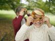 Deutschland, Schwäbische Alb, Mädchen halten Brezel, Portrait