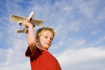 Junge halten Flugzeugmodell Flugzeug