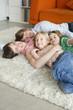 Familie auf dem Boden liegen im Wohnzimmer