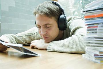 Mann mit Kopfhörern Musik hören mit geschlossenen Augen