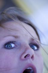 Frau jung, Portrait, mit offenem Mund