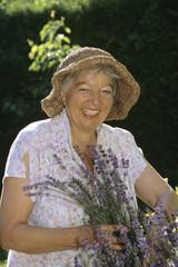 Frau, Seniorin mit Blumen, lächeln, Porträt