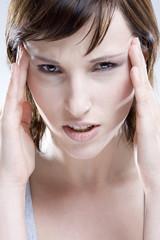 Frau, die Hände auf dem Kopf