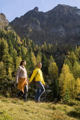Paar in den Bergen, Wandern Hand in Hand