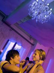Junges Paar auf Party mit Salzstangen