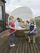 Familie auf dem Balkon, spielende Kinder