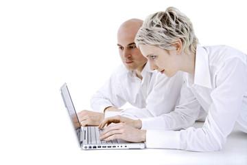 Junges Paar mit Laptop, Portrait