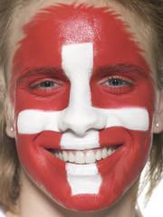 Junger Mann mit schweizer Flagge gemalt auf Gesicht, Fußballfan