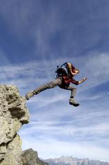 Mann springen vom Gipfel,