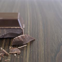 Einzelnes Stück Schokolade und Schokoladen-Chips