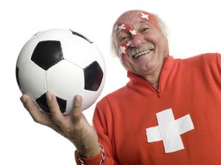 Älterer Mann mit schweizer Flagge auf Gesicht gemalt, Fußballfan