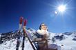 Österreich, Frau sitzt auf Liegestuhl im Schnee, Alpen, lächelnd