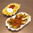 Currywurst und Pommes Frittes Fritten Teller, close-up