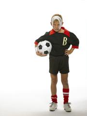 Junge, Kind mit Fußball unter dem Arm, Bandage am Kopf, autsch