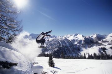 Skifahrer springt in der Luft, Seitenansicht