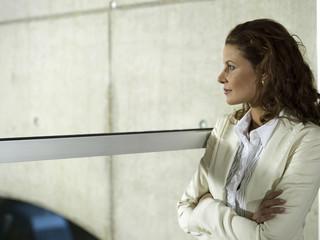 Geschäftsfrau im Büro, Blick aus dem Fenster, Seitenansicht, close-up