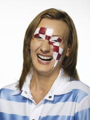 Fußballfan mit der kroatischen Flagge auf Gesicht gemalt