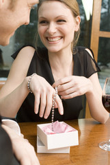 Frau freude Freude über Schmuck