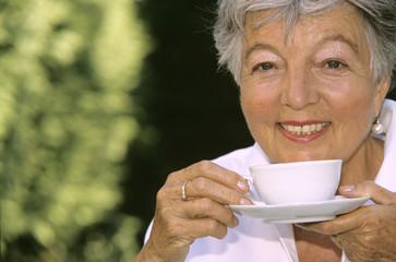 Frau, Seniorin trinken Kaffee, close-up