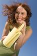 Junge Frau mit Gießkanne, lächelnd