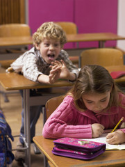 Junge angreifen mobbing Mädchen in Klassenzimmer