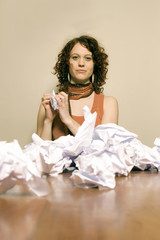 Junge Frau mit zerknittertem Papier