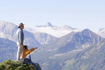 Paar in den Bergen, Gipfeln beobachten