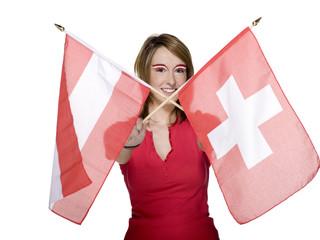 Frau mit österreichischer und schweizer Flagge