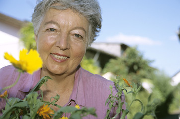 Seniorin Frau vor Blumen, close-up