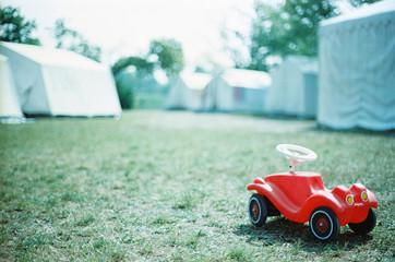 Bobby car vor camping Zelt