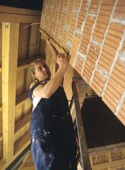 Handwerker messen Wand