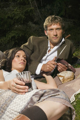 Junges Paar auf Wiese, Picknick