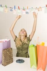 Blonde Frau Trocknen Geld auf einer Wäscheleine, Portrait