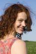 Junge Frau in der Wiese stehen, lächelnd